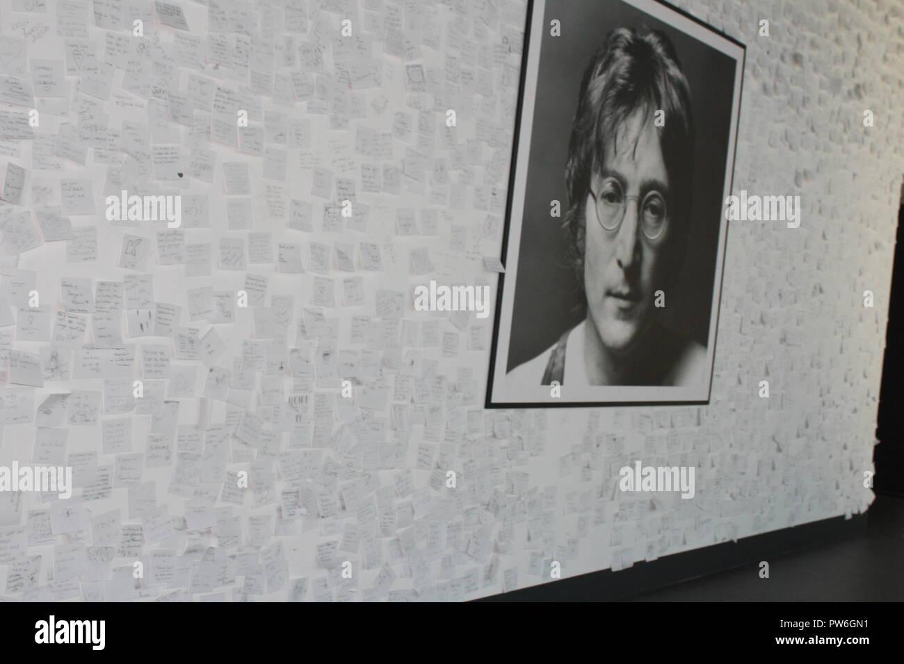 Photo de John Lennon entouré par des messages de fans - l'imaginer la paix exposition au Musée de Liverpool Banque D'Images