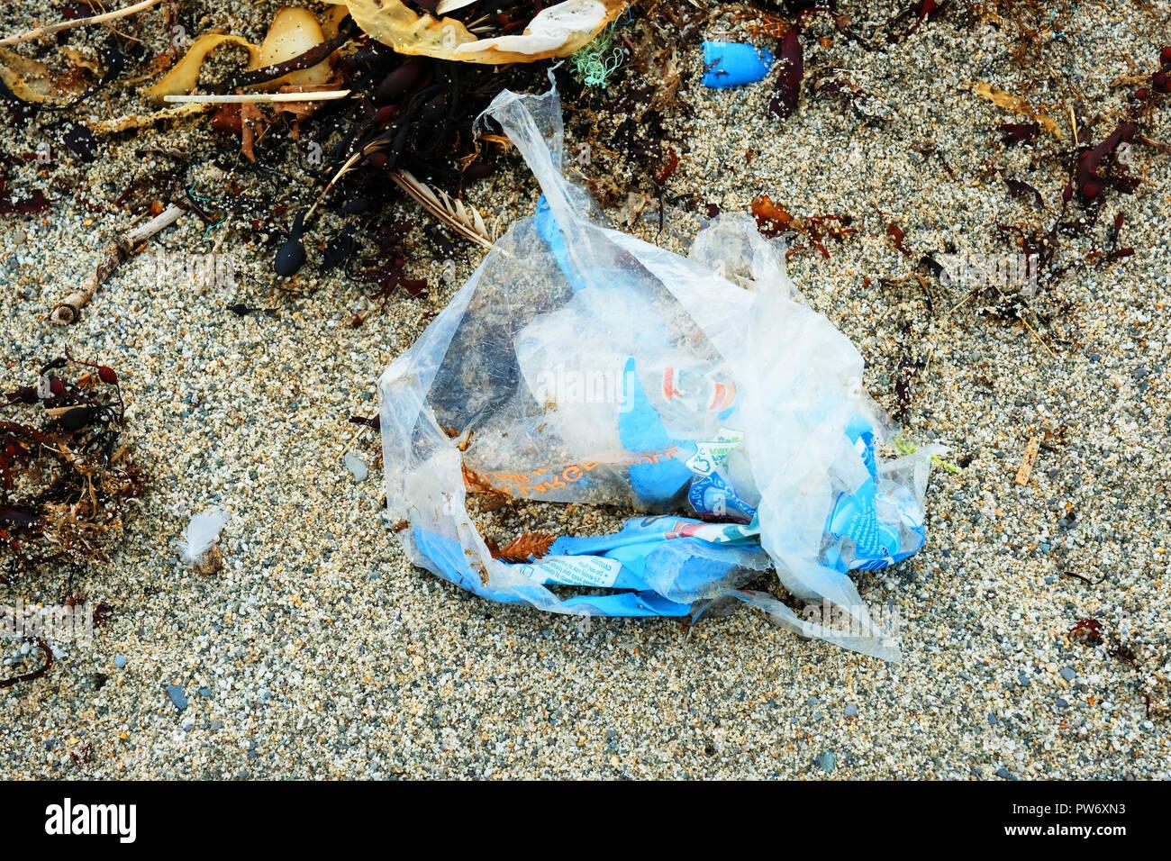Sacs En Plastique Déchirés Jetés Sur Une Plage De Sable Fin
