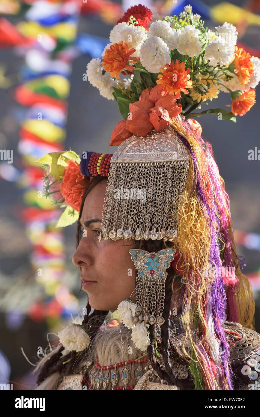 Coiffure traditionnelle et les bijoux portés par Aryan (Brogpa) femmes,  Biama village, 5abffde026bc