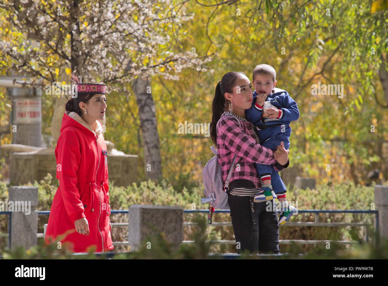 La population locale dans le costume national à Tashkurgan Photo Stock