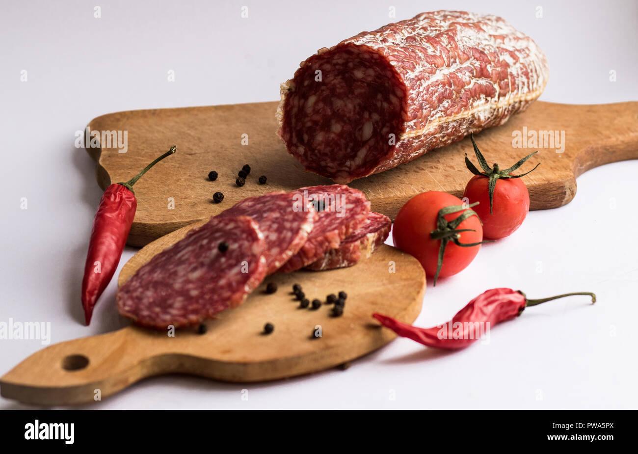 Morceaux de poivron rouge avec saucisse et morceaux de pain Photo Stock