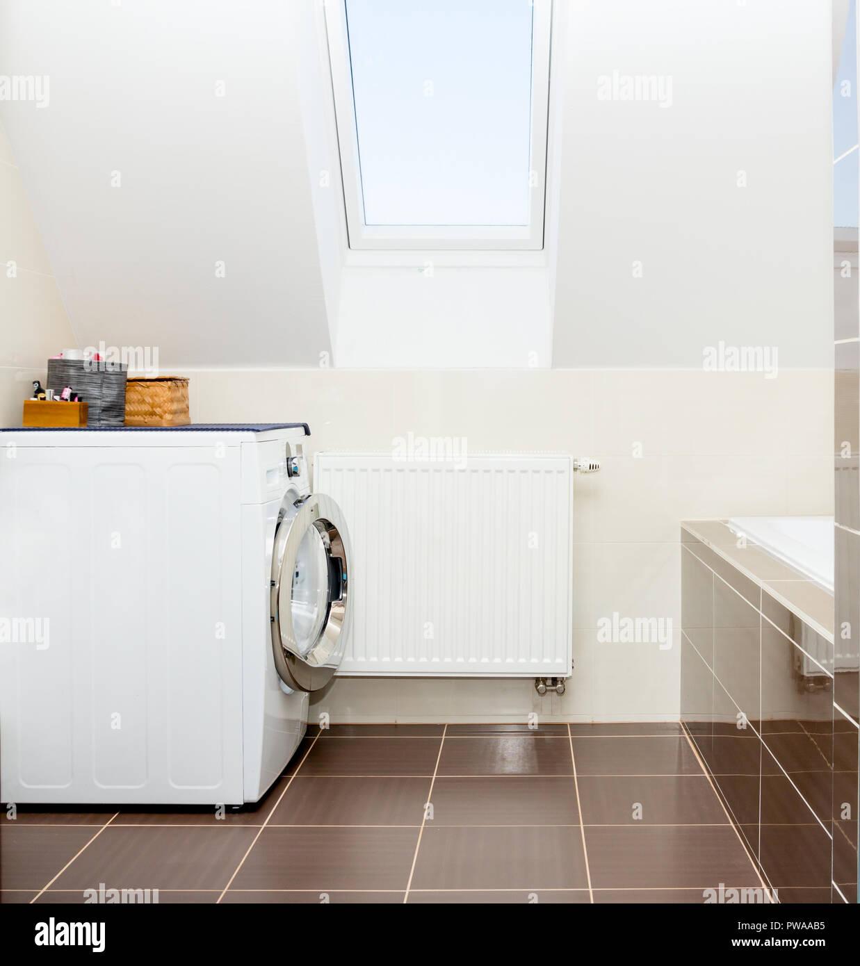 Lave Linge Dans Salle De Bain lave-linge dans la salle de bains banque d'images, photo