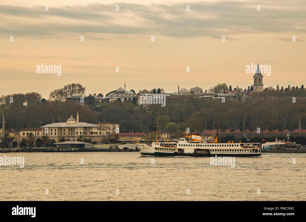 Istanbul,Turquie-avril 21,2017.vieille ville et la ville d'istanbul et le palais de topkapi avec city ferry. Banque D'Images