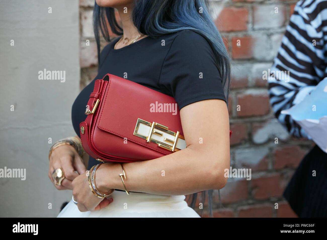MILAN, ITALIE - 20 septembre 2018   Femme avec Fendi Sac en cuir rouge et  or bracelets Cartier avant Fendi fashion show, Milan Fashion Week street 1d1ad022abd