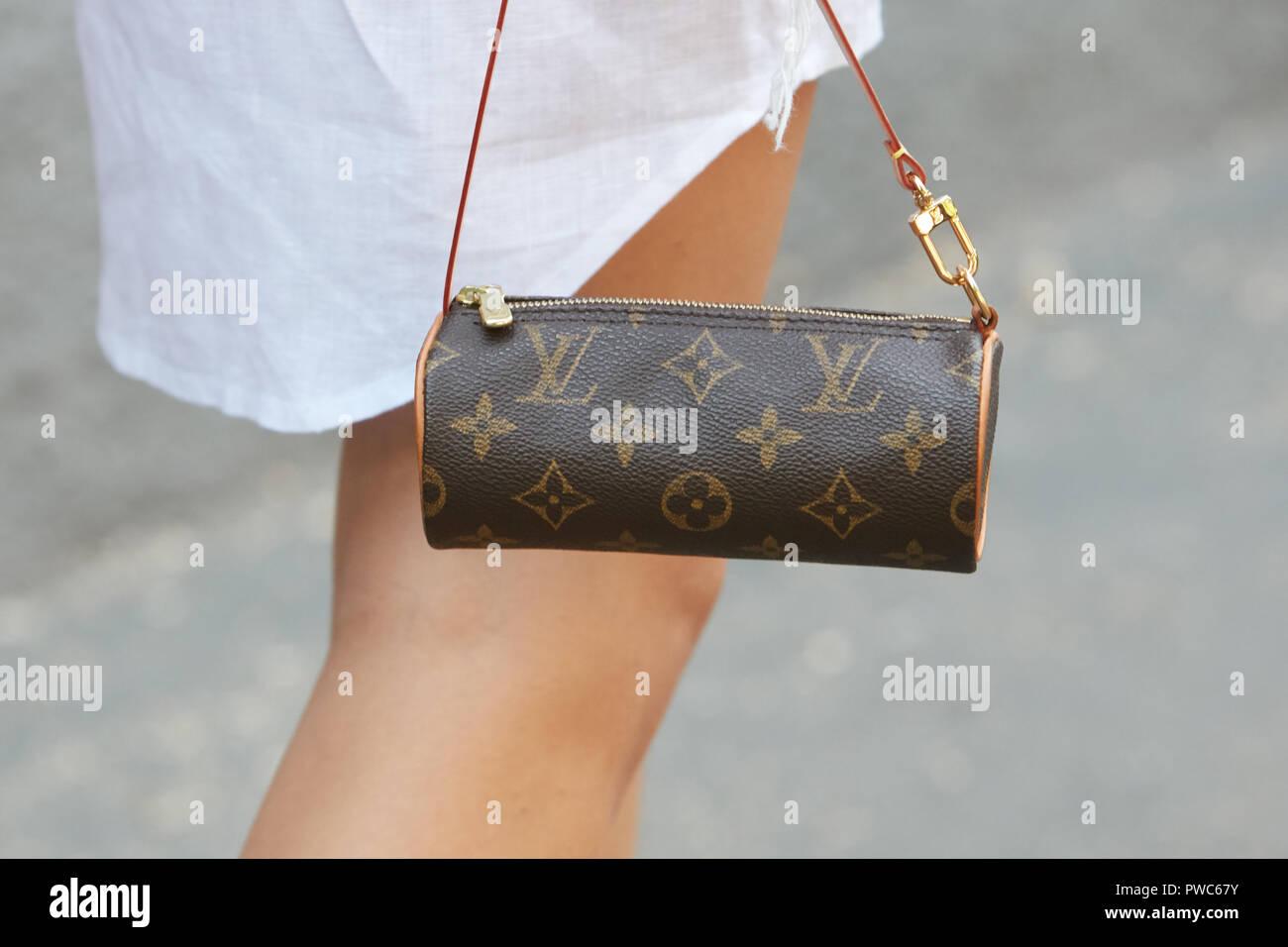 MILAN, ITALIE - 20 septembre 2018   Femme avec petit sac Louis Vuitton avant  Fendi fashion show, Milan Fashion Week street style   29f402db329