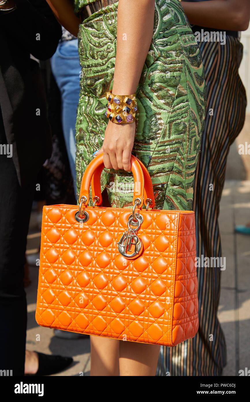 MILAN, ITALIE - 20 septembre 2018   Femme avec sac Dior orange, bracelet en e70da33fa6b