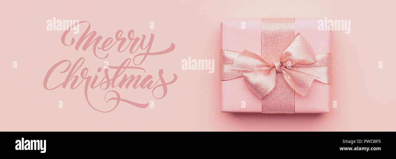 Bannière de Noël. Beau cadeau de Noël rose isolé sur fond de