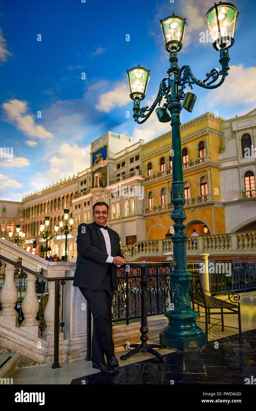 L'homme en smoking qui pose pour photo au Venetian Resort, Grand Canal Boutiques Mall, Las Vegas, Nevada. Banque D'Images
