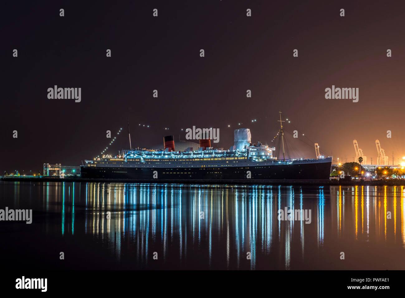 Vue de nuit sur le RMS Queen Mary à Long Beach, Californie Banque D'Images