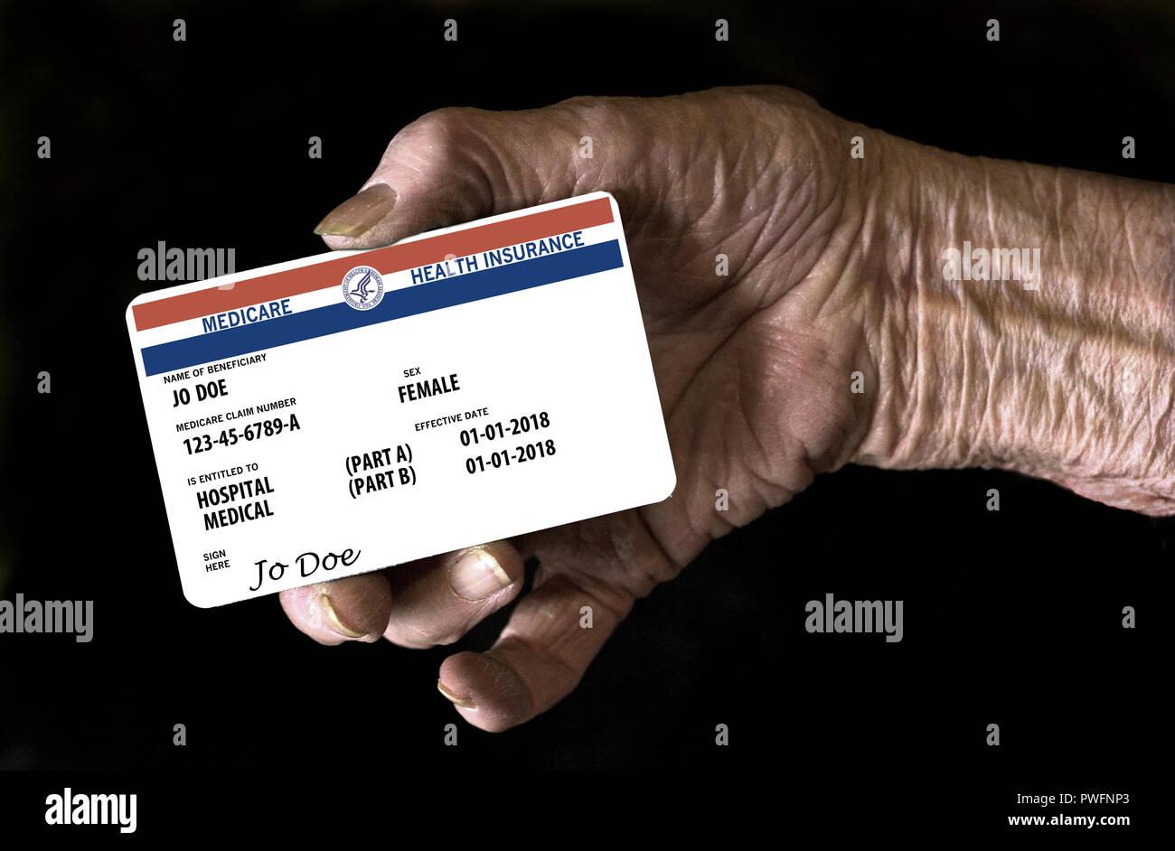 Carte Assurance Maladie Femme.Une Main De Femme Agee Est Titulaire D Une Simulation D