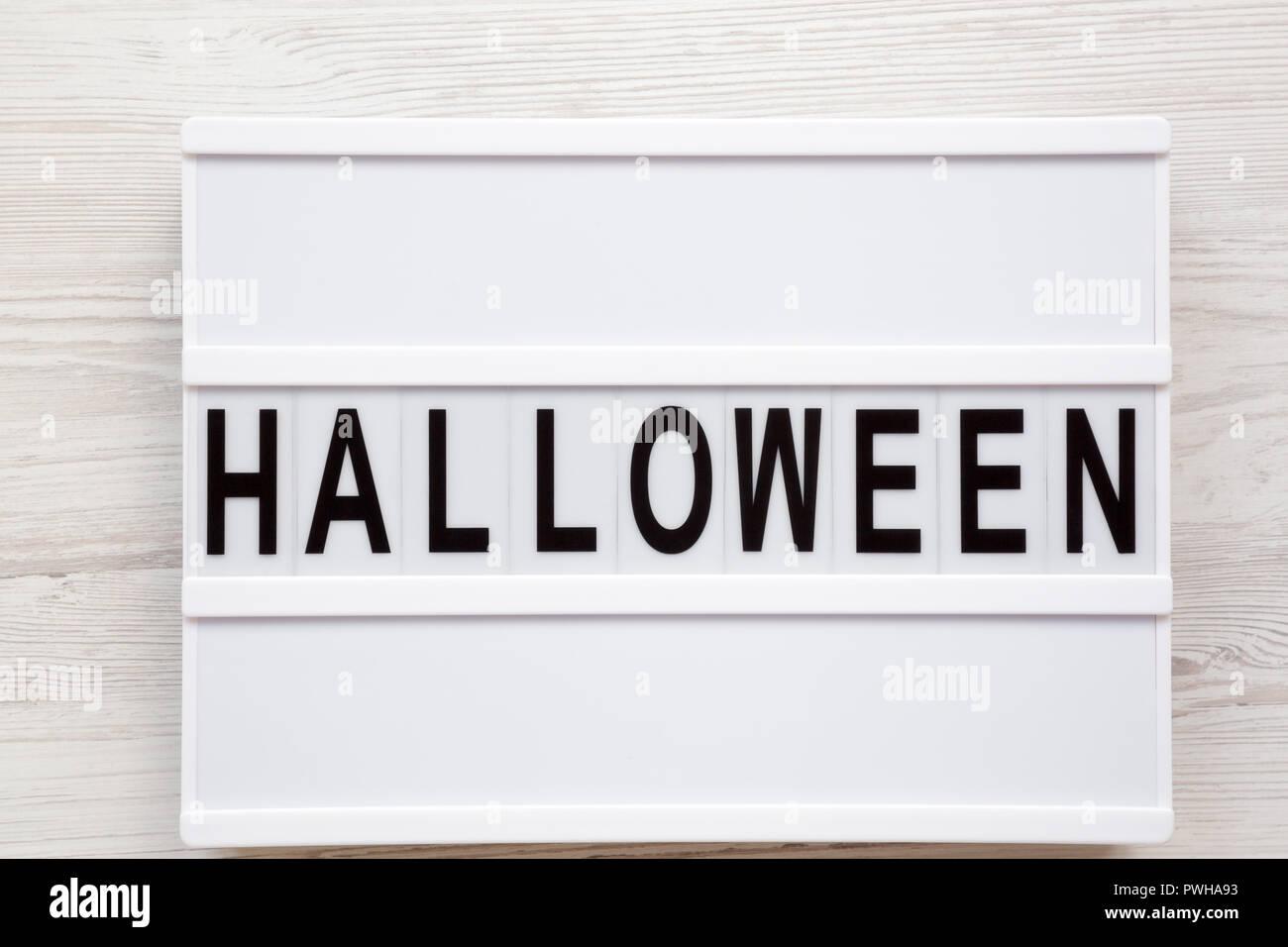 Halloween Mot Sur Conseil Moderne Blanc Sur Fond De Bois Vue De