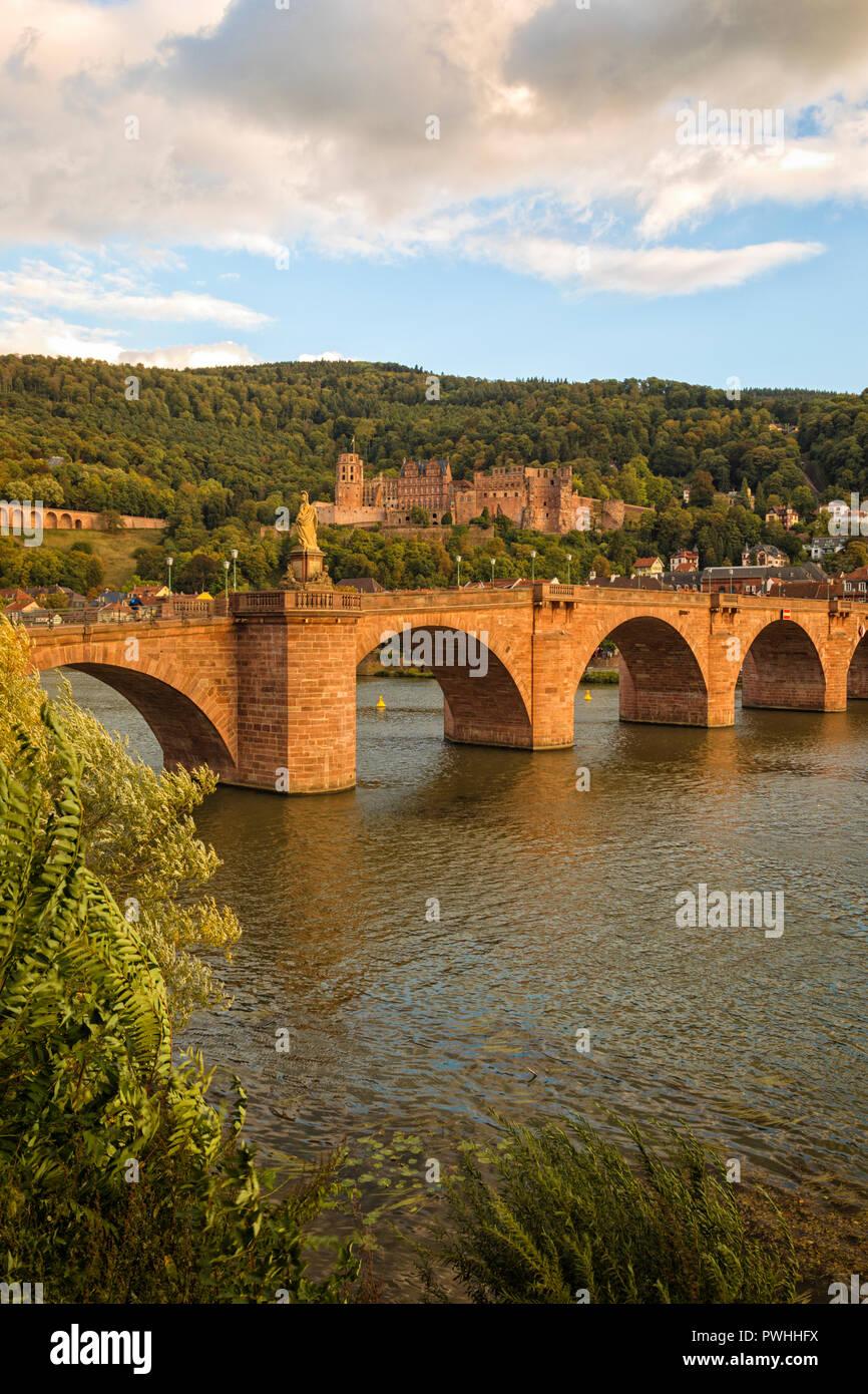 Le vieux pont sur la rivière Neckar et ruines du château de Heidelberg dans le coucher du soleil Banque D'Images