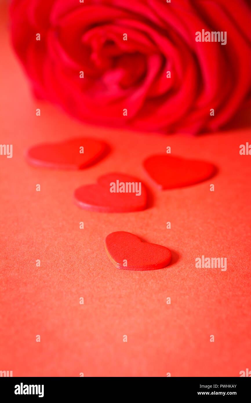 Rose Rouge Fleur Avec Petit Coeur Sur Fond Rouge Texture