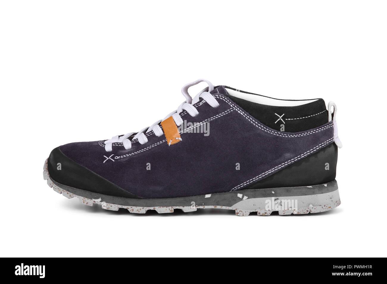 59b2934045cf3 Chaussures de montagne trekking court isolé sur fond blanc Photo Stock