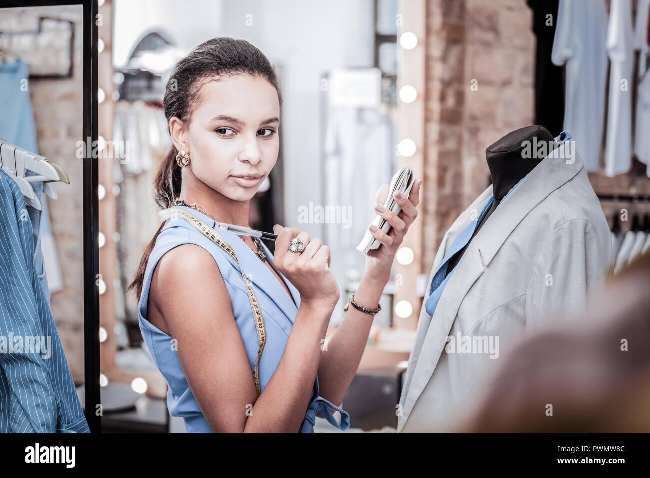 Belle black-eyed Fashion designer ayant de nombreuses idées créatives pour nouvelle collection Photo Stock