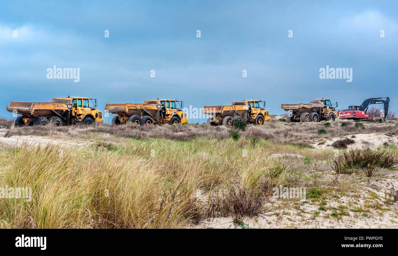 France, Gironde, Médoc bleu (camping), Soulac-sur-mer, les camions à couvrir avec du sable des dunes menacées par submersion marine Photo Stock