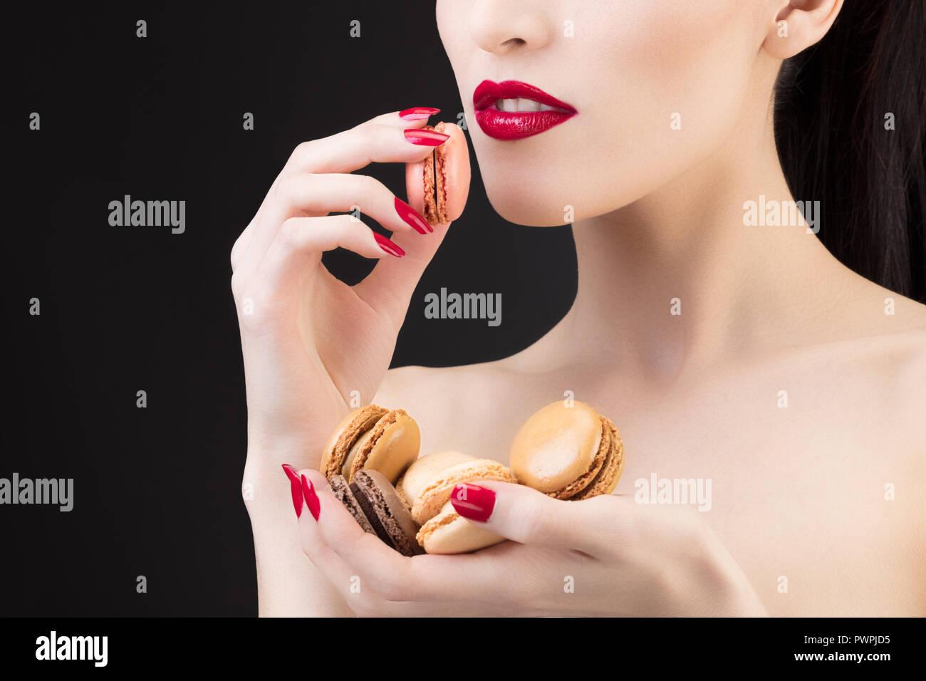 Gros plan d'une jeune fille d'un macaron Photo Stock