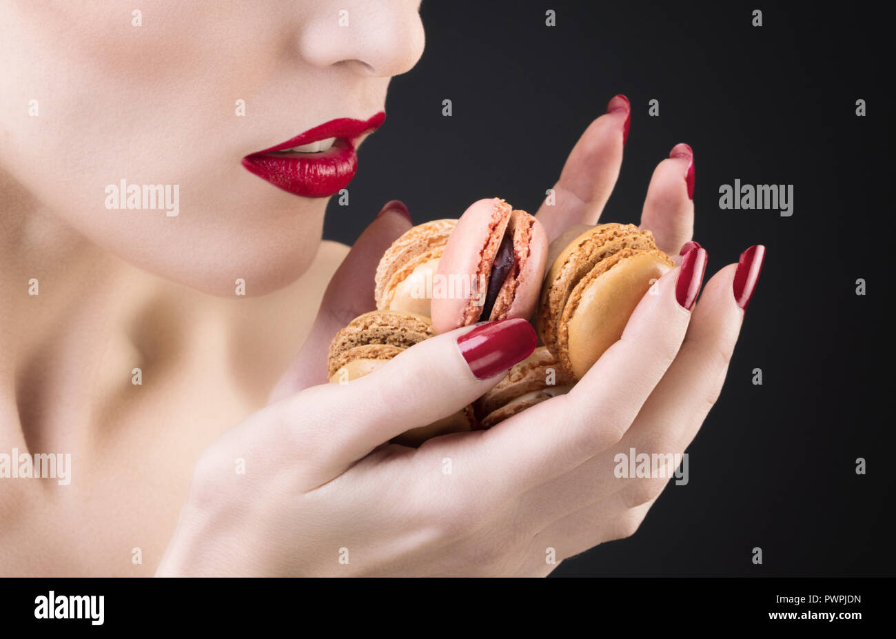 Gros plan d'une jeune fille d'un macaron Banque D'Images