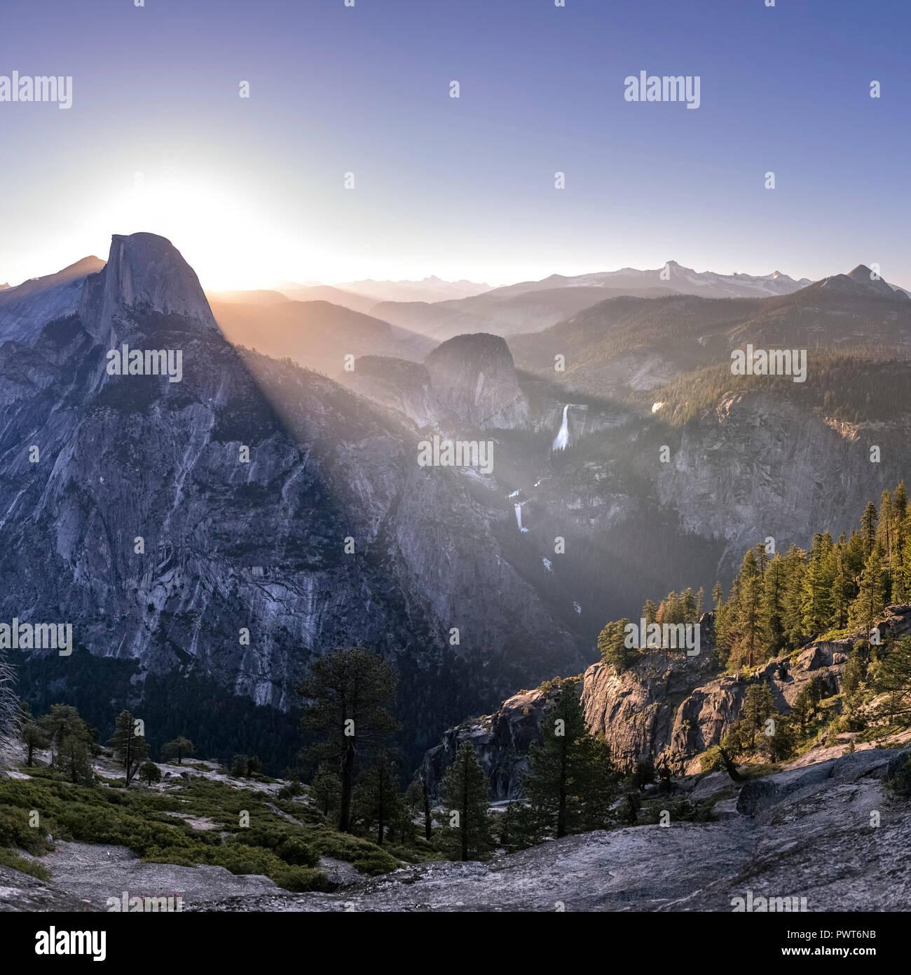Vue impressionnante sur la montagne et les chutes à Yosemite CA Banque D'Images