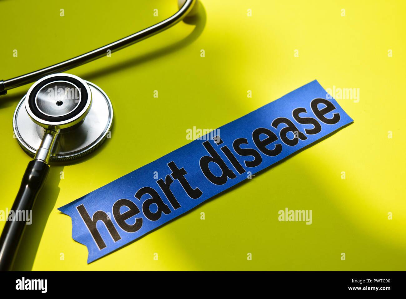 La maladie de coeur with stethoscope concept inspiration sur fond jaune Photo Stock