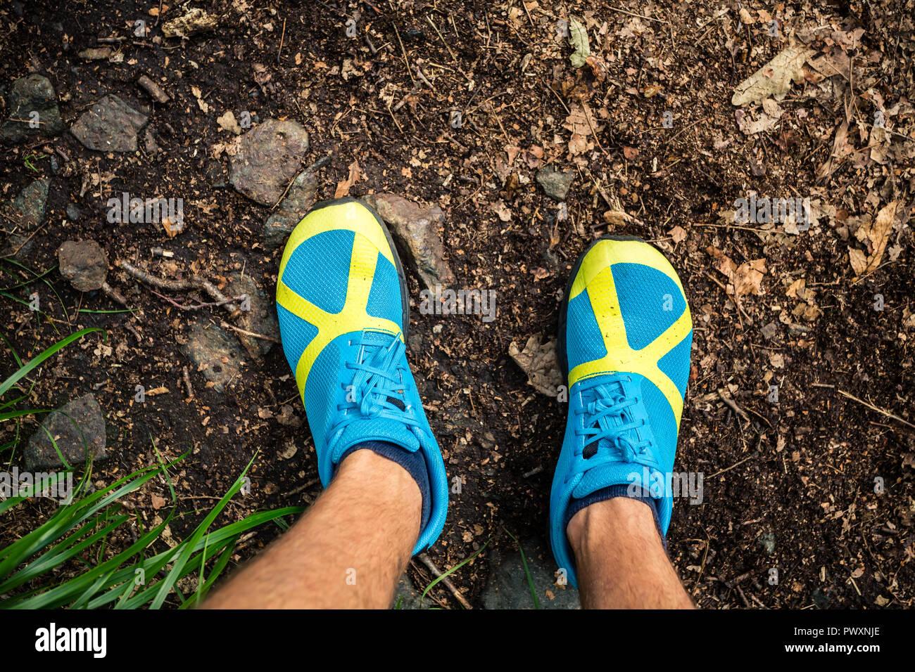 Trail Runner en regardant la chaussure de sport, l'exécution et de formation dans la nature. Man working out runner à l'extérieur dans la nature. Photo Stock