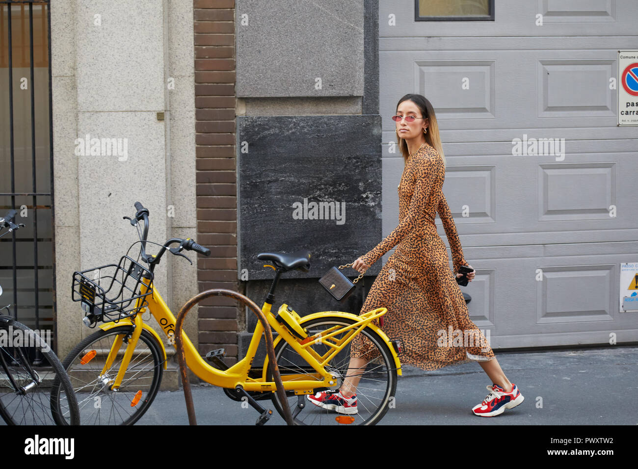 MILAN, ITALIE 21 septembre 2018 : Femme avec motif léopard