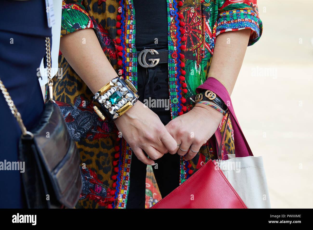 MILAN, ITALIE - 21 septembre 2018   Femme avec ceinture Gucci, veste  colorée et 4a3f861f314