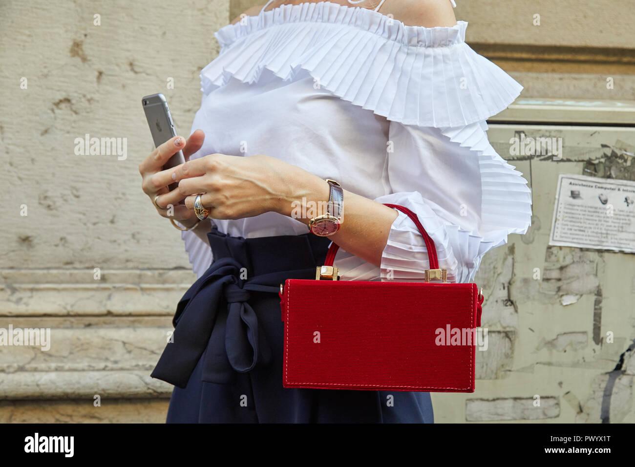 MILAN, ITALIE - 21 septembre 2018   Femme avec golden Cartier Ballon Bleu  watch, c0ee4e2aa9c