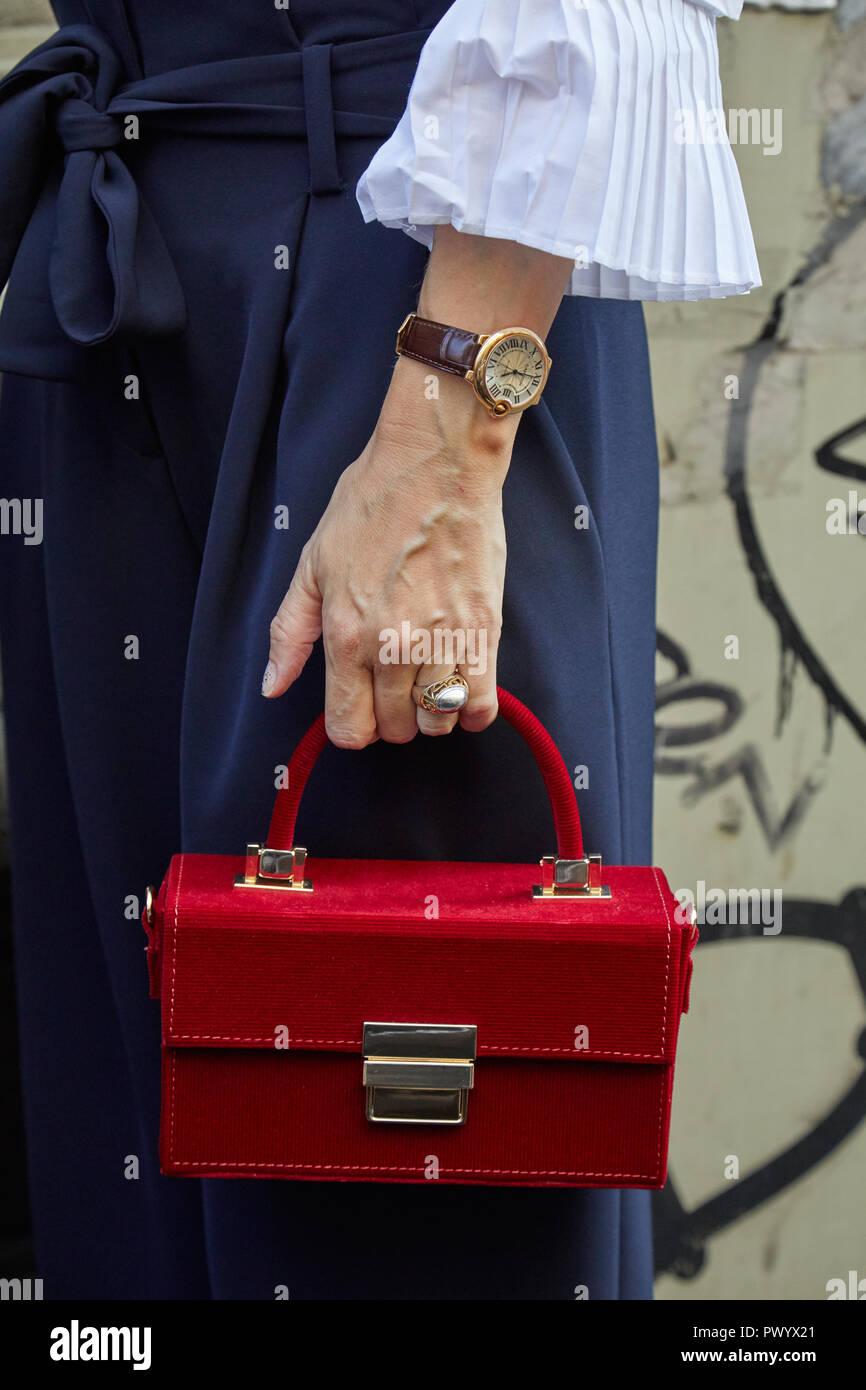 MILAN, ITALIE - 21 septembre 2018   Femme avec golden Cartier Ballon Bleu  watch et ad3e71441df