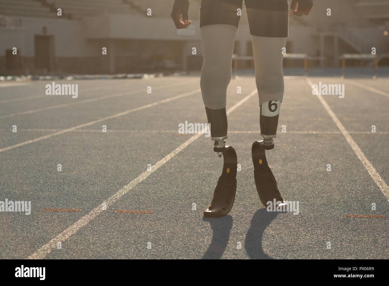 Mobilité athletic debout sur une piste de course Banque D'Images