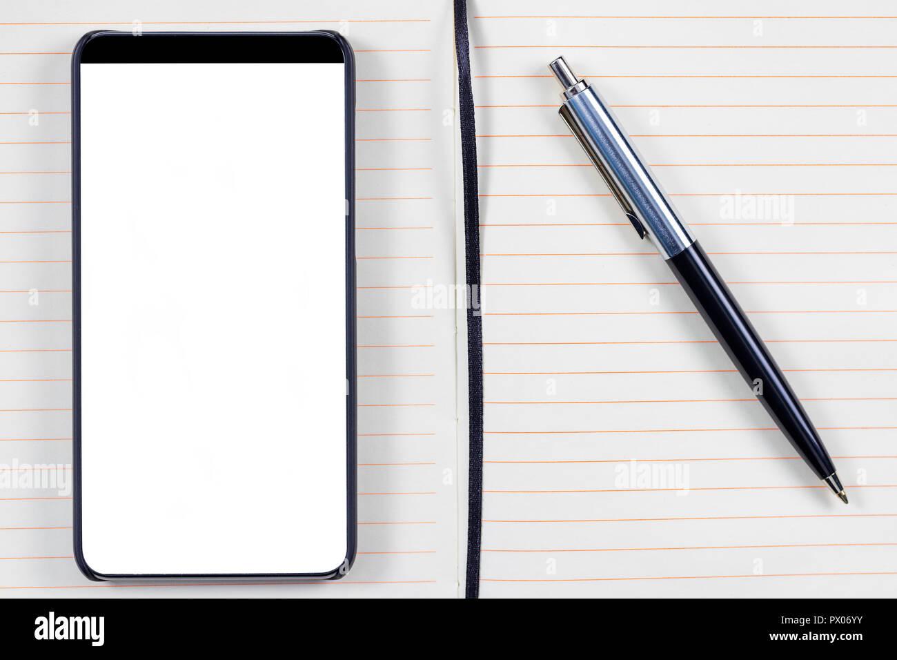 Le bloc-notes avec stylo élégant et le cadre moins Smartphone avec écran  vide. Prêt pour la maquette d applications mobiles. 726c296a2ec1