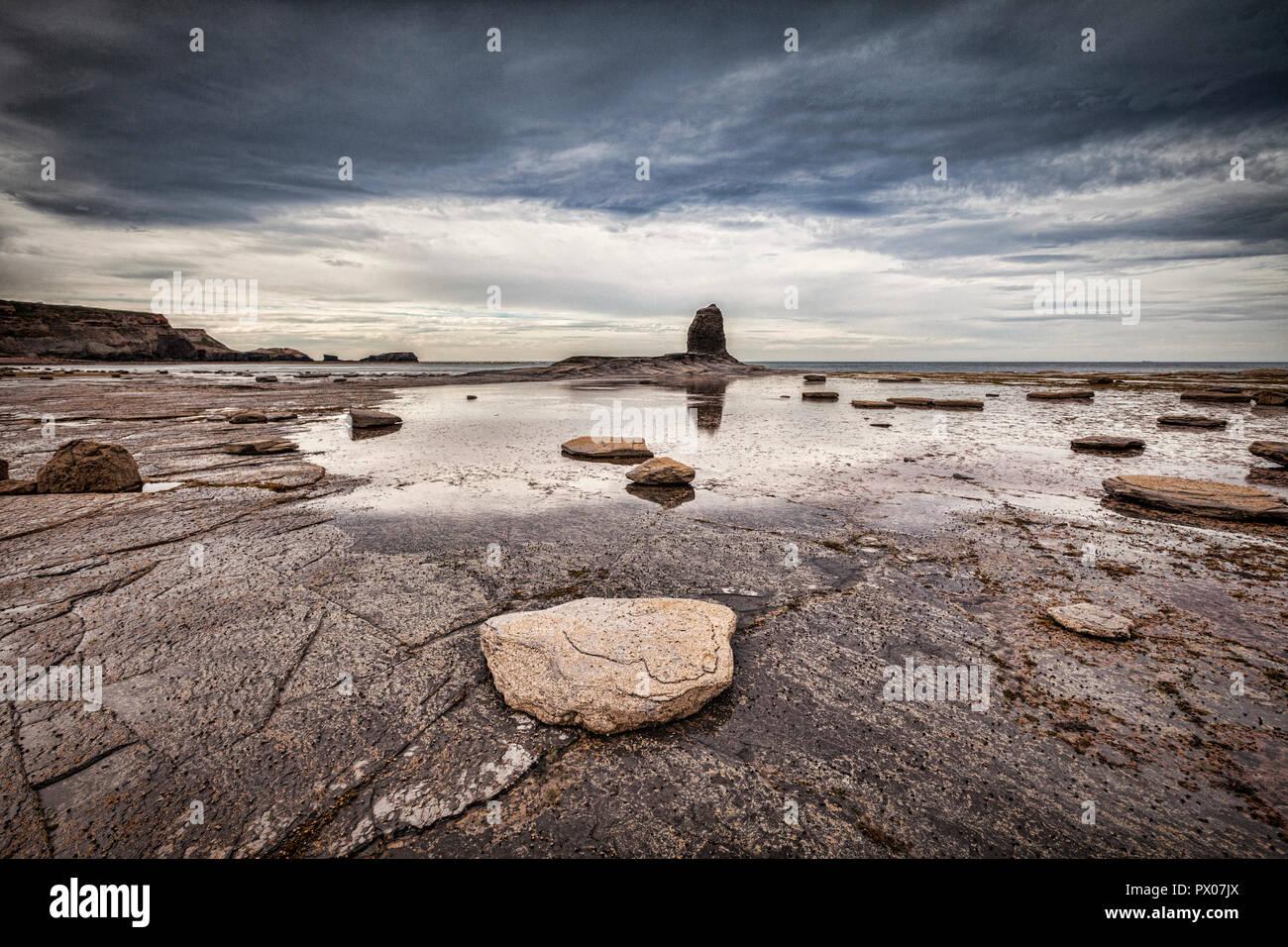 Nab noir, un pilier à Saltwick Rock Bay, près de Whitby, North Yorkshire. Photo Stock