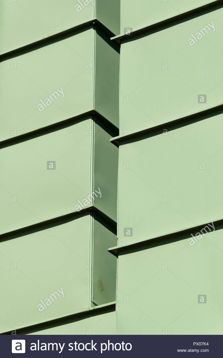 Close up d'un revêtement métallique moderne immeuble une image abstraite, Trowbridge, Wiltshire, England, UK Banque D'Images