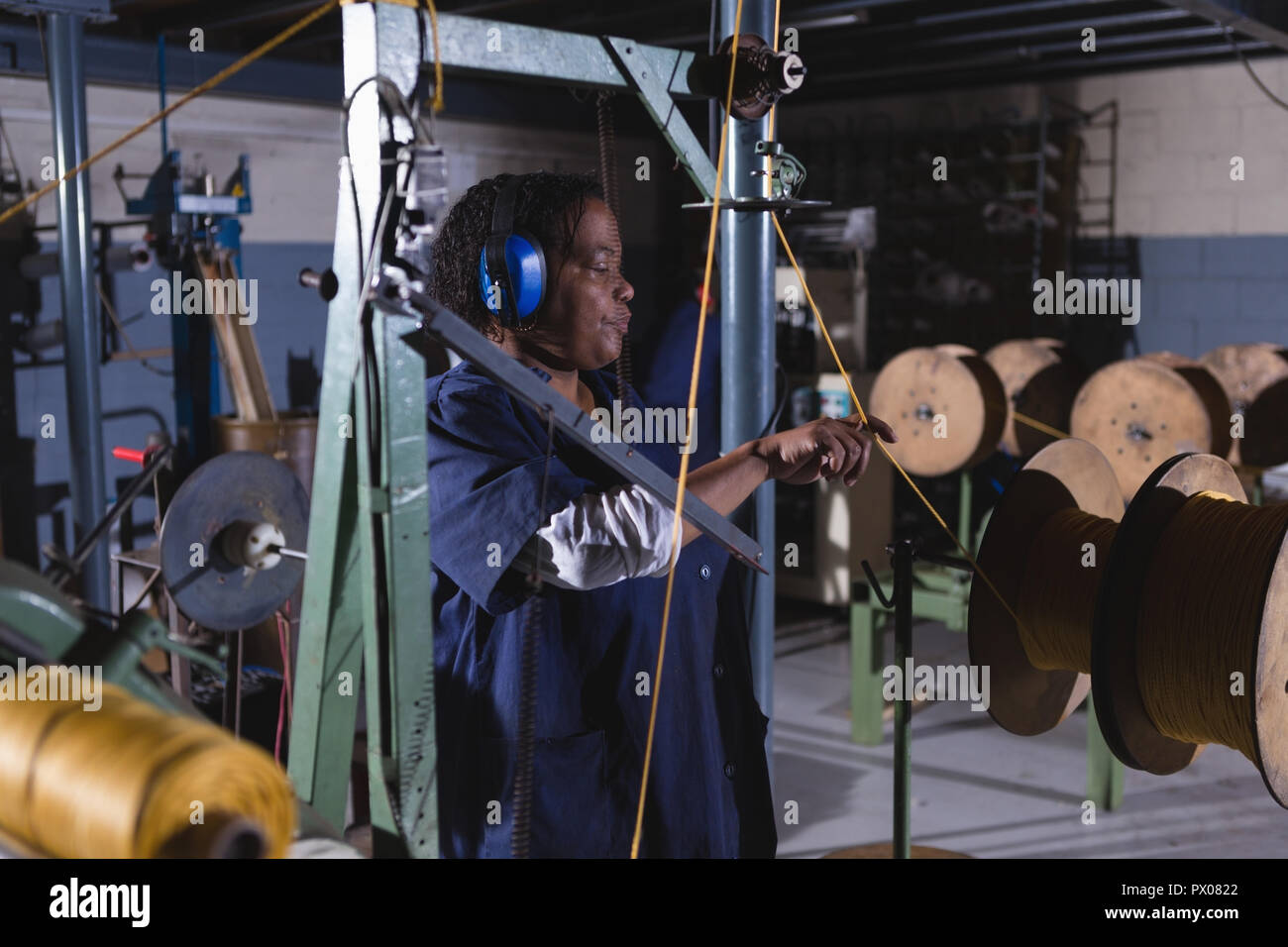 Travailleur travaillant dans l'industrie de la corde Banque D'Images