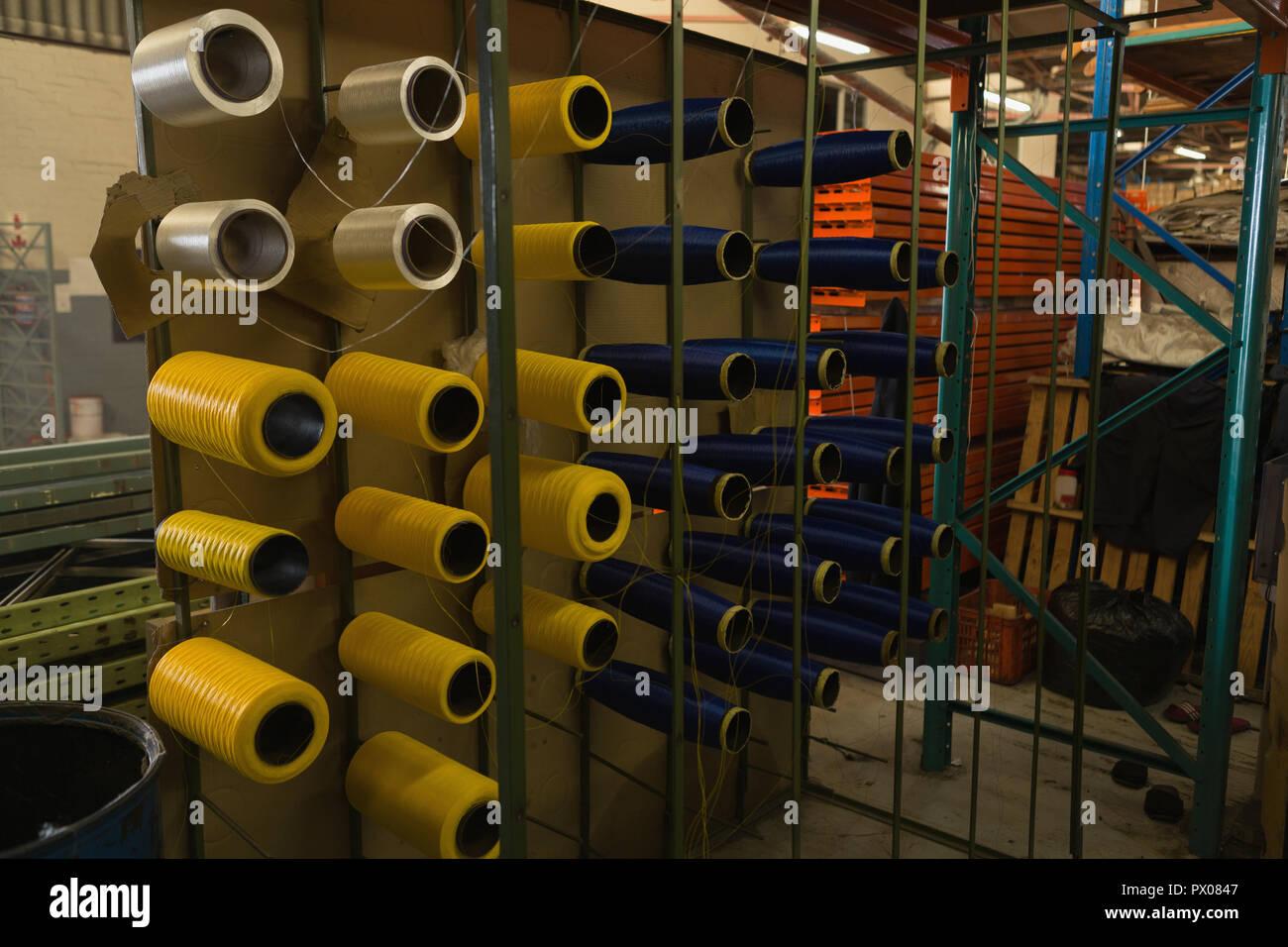Rouleau de fil disposés en rack Banque D'Images
