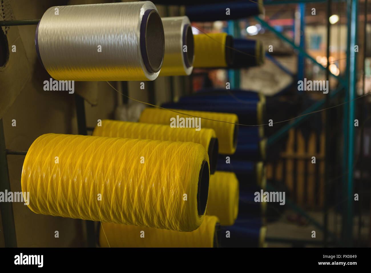 Rouleau de fil disposés en rack à l'industrie de la corde Banque D'Images