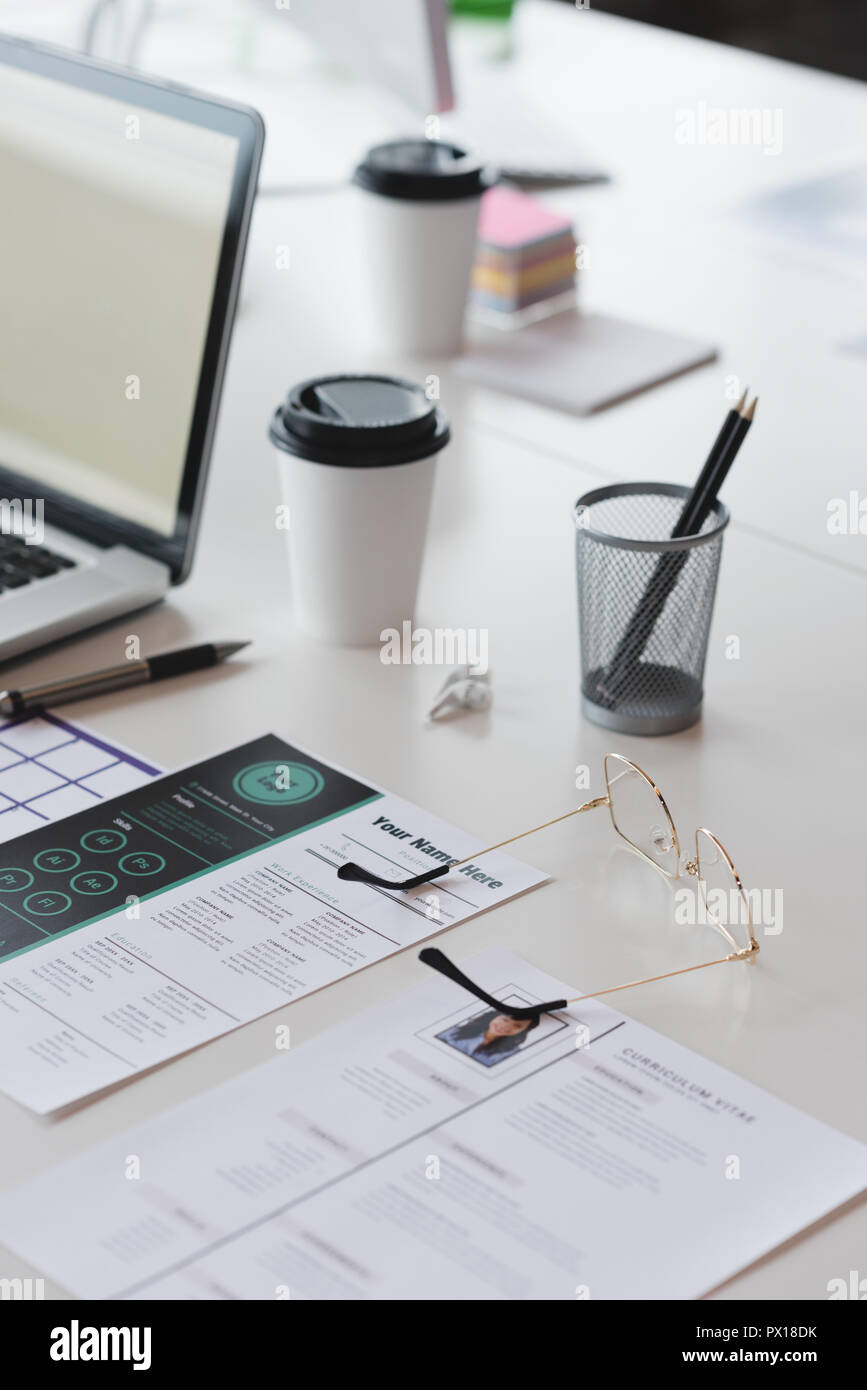 Ordinateur portable, des documents et de papeterie de bureau sur le bureau Banque D'Images