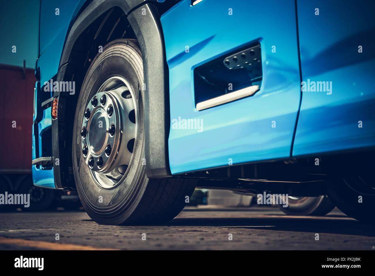 Toute nouvelle Semi Truck Section inférieure à quatre roues photo gros plan. Thème du transport de fret lourd. Photo Stock