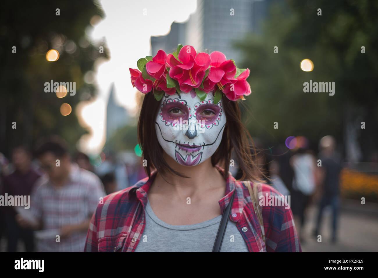 Une jeune femme portant 'typique' à la catrina maquillage Fête des Morts à Mexico City Parade Banque D'Images