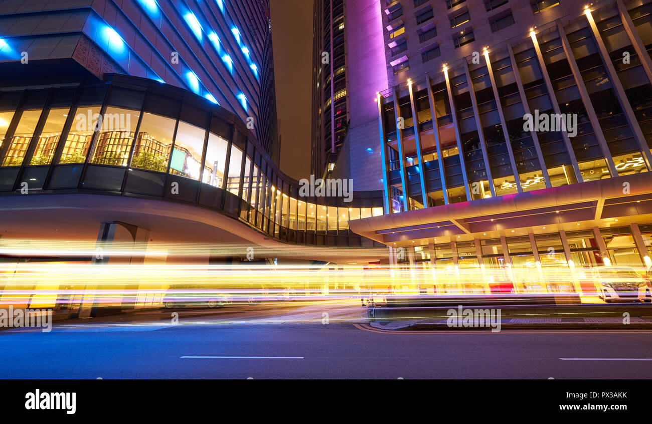 Asphalte vide urban street road avec la lumière de scène de nuit , sentier Banque D'Images