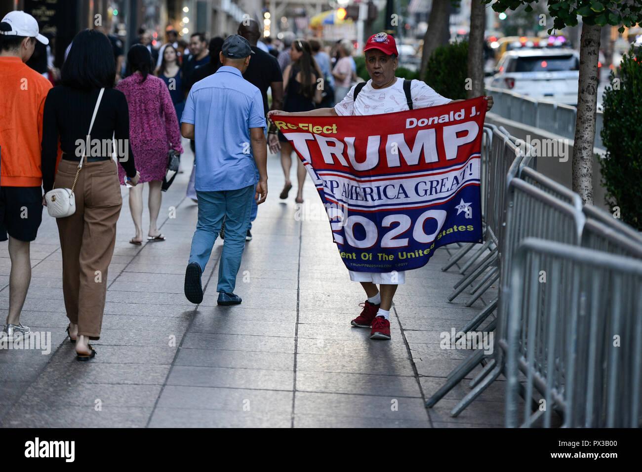 USA, New York, Donald Trump supporter avec des bannières pour la réélection d'atout pour le président en 2020 en face de Trump Tower à 5th Avenue , son slogan: TRUMP Keep America great! / Befuerworter Wiederwahl Trump mit 2020 Plakat vor dem Trump Tower , sein slogan Keep America great! Photo Stock