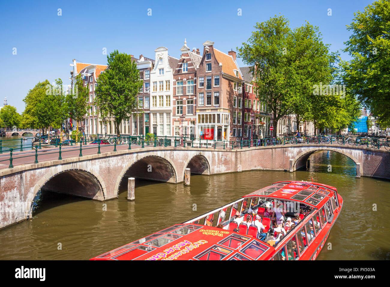 L'Amsterdam canal bateau sous les ponts du canal Leidsegracht au croisement avec canal Keizergracht Amsterdam Pays-Bas Hollande eu Europe Photo Stock