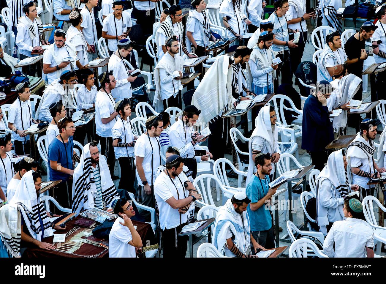 Prière de groupe au Mur occidental, à Jérusalem, Israël. Photo Stock