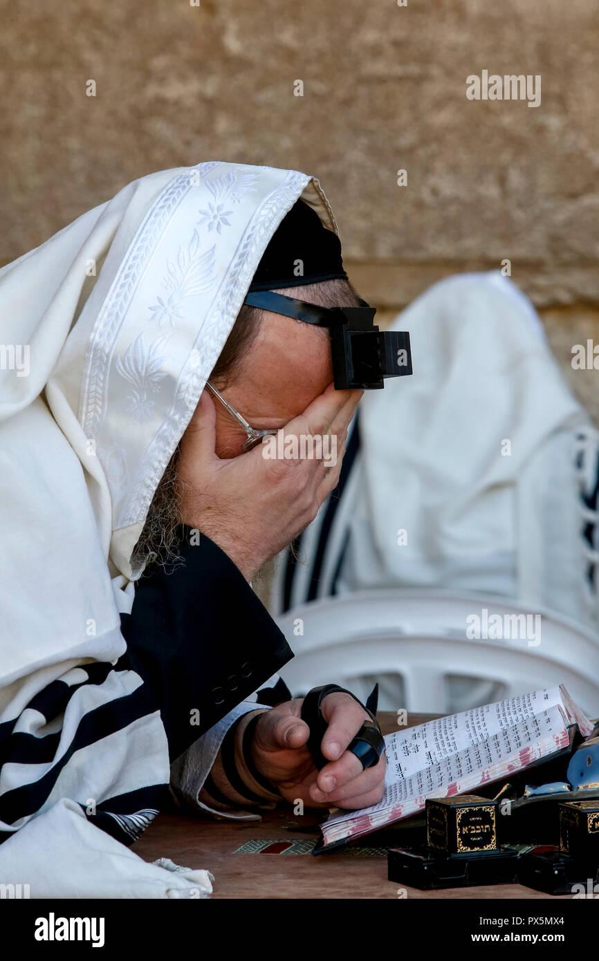 Juif en prière au Mur des lamentations, Jérusalem, Israël. Photo Stock