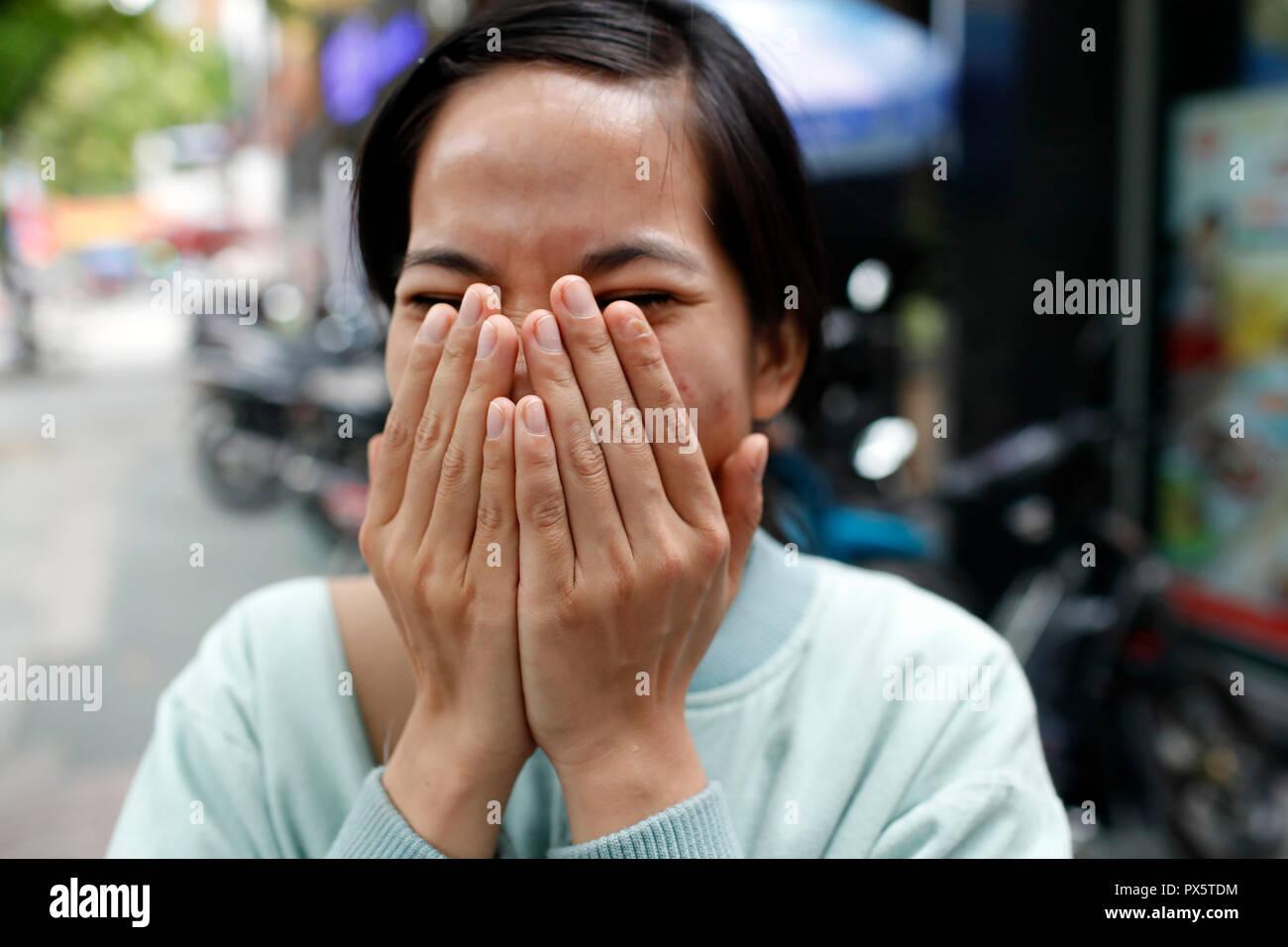 Femme timide. Ho Chi Minh Ville. Le Vietnam. Photo Stock