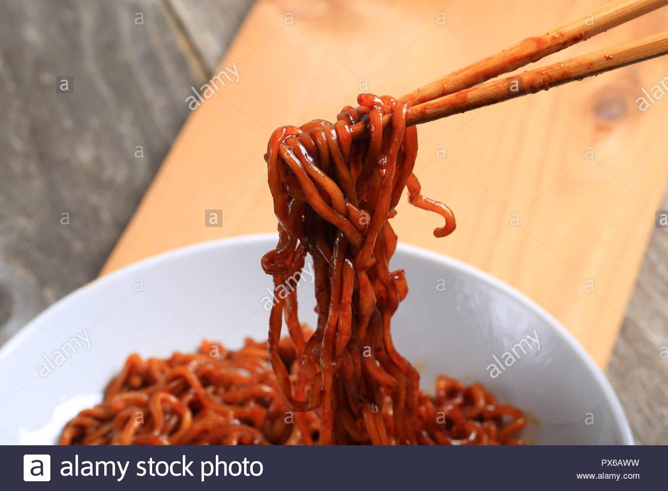 Haricots noirs et nouilles coréennes sur fond de bois Photo Stock