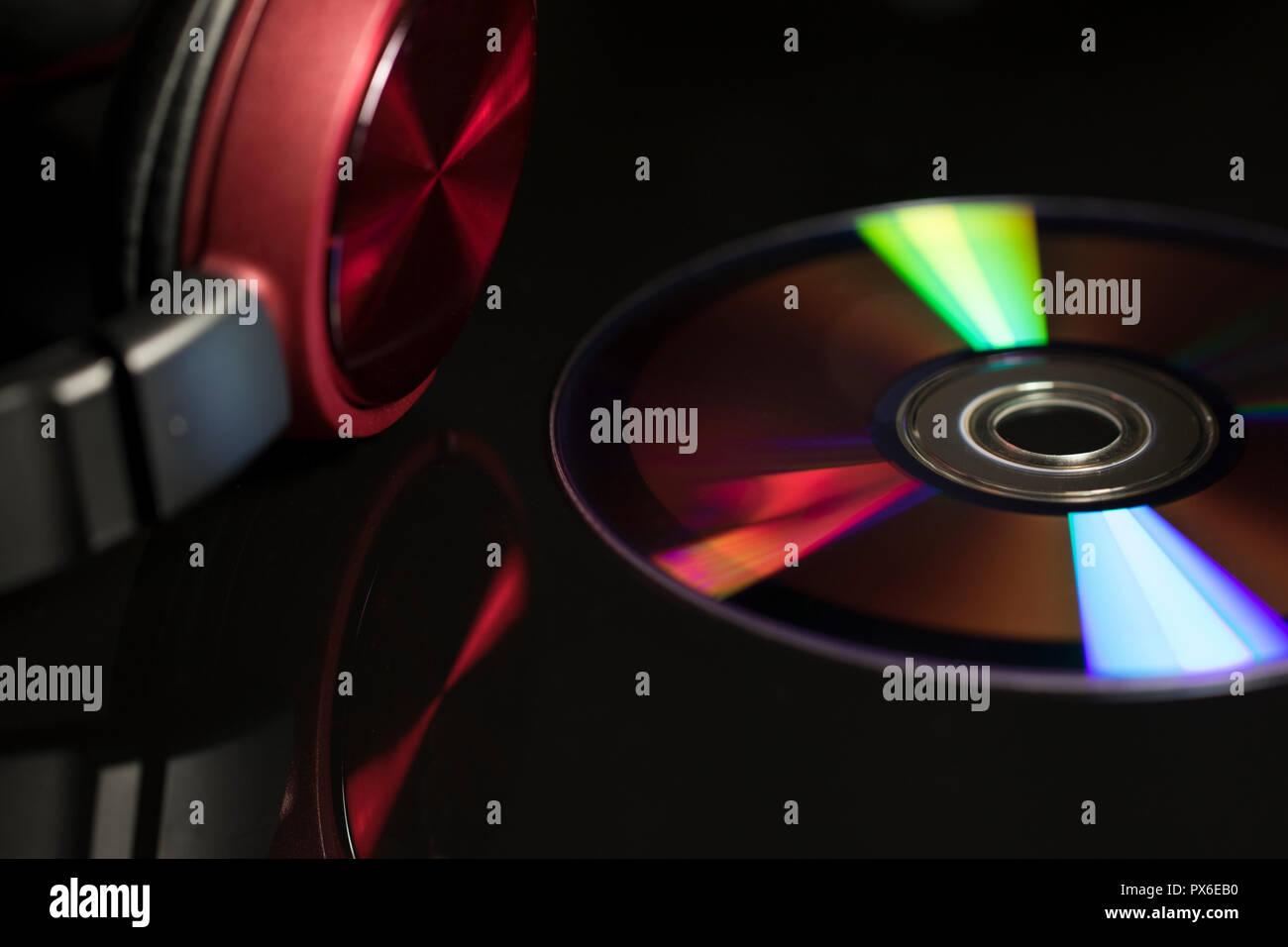 Music concept avec close up d'un CD et d'écouteurs. Une technologie dépassée. La technologie du disque compact pour un écoute musicale. Photo Stock