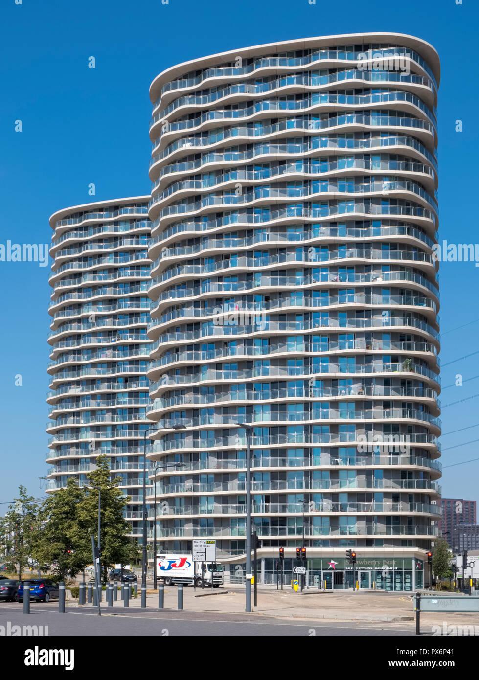 Des tours d'habitation au Royal Victoria Dock, London, England, UK, l'architecture moderne Photo Stock