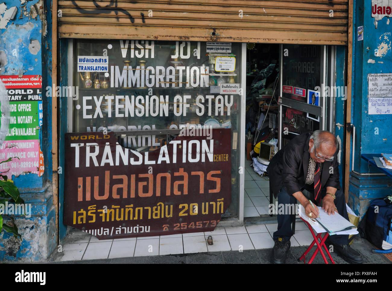 Un bureau offrant des services de traduction et de visa, dans la zone des bureaux et des banques de Silom Road, près de Patpong, Bangkok, Thaïlande Photo Stock