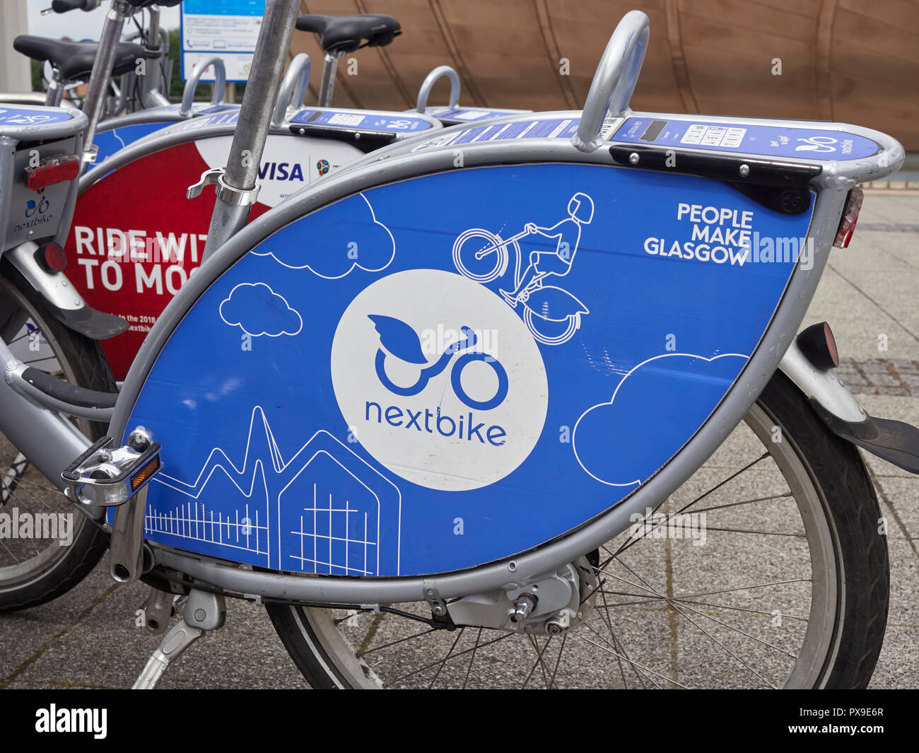 Close up Création de logo sur un vélo à la prochaine Glasgow Science Centre sur Pacific Quay, Glasgow, Ecosse, Royaume-Uni. Banque D'Images